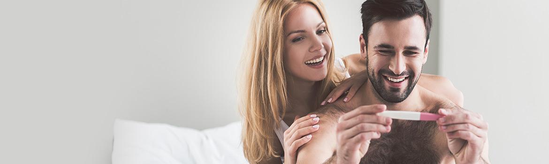 Un couple découvrant le résultat d'un test de grossesse